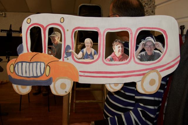 avec un curieux bus pour le transport !
