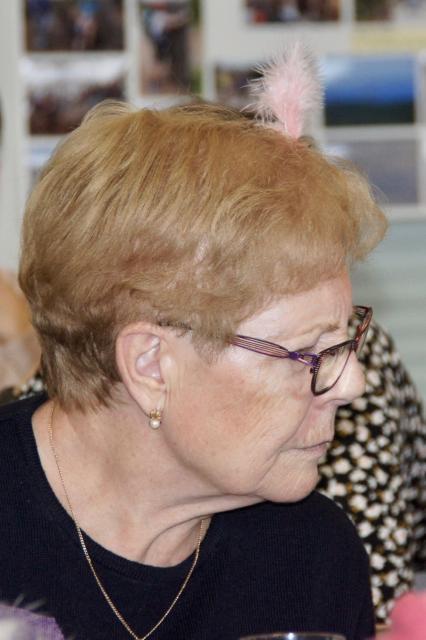 Utilisation de la déco de table (plume rose) en déco pour cheveux